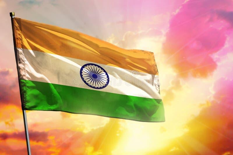 Drapeau de flottement de l'Inde sur le beau fond color? de coucher du soleil ou de lever de soleil Bille 3d diff?rente photos libres de droits