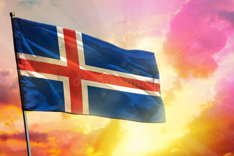 Drapeau de flottement de l'Islande sur le beau fond coloré de coucher du soleil ou de lever de soleil Bille 3d diff?rente illustration stock