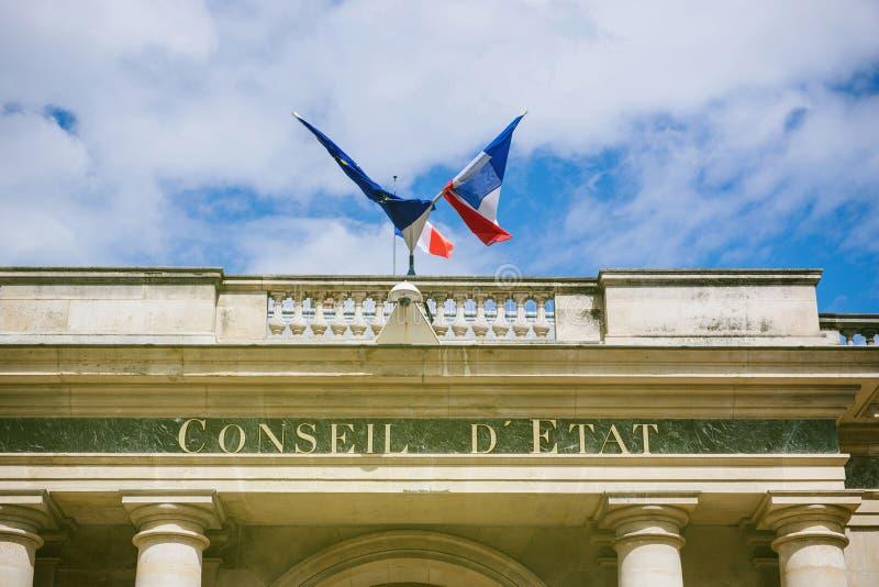 Drapeau de Français et d'Eu au-dessus de ` de Conseil d Etat - Paris photo libre de droits