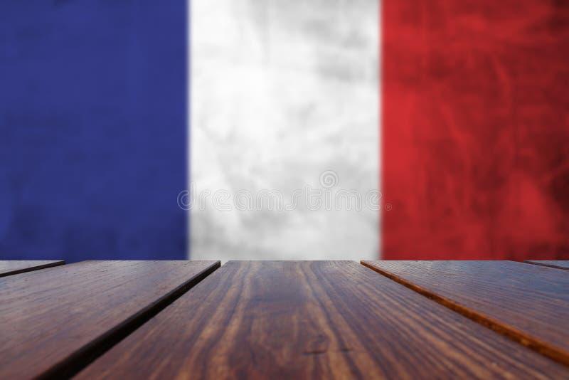 Drapeau de français sur le mur en béton et le fond en bois photos libres de droits