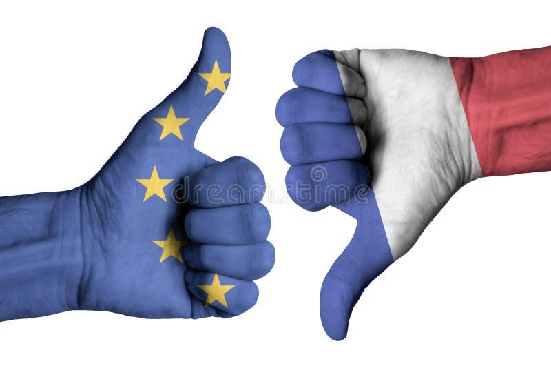 Drapeau de Frances et d'Europe sur le pouce masculin humain à travers des mains image libre de droits
