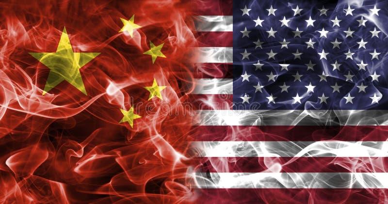 Drapeau de fumée de la Chine et des Etats-Unis image stock