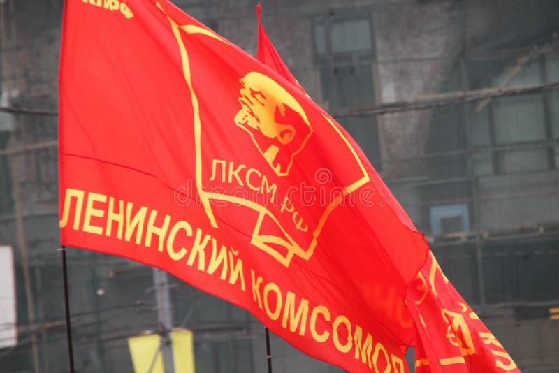 Drapeau de Komsomol pendant le cortège des communistes photo libre de droits