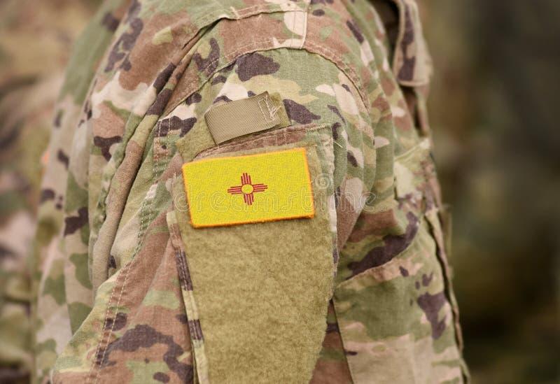 Drapeau de l'État du Nouveau-Mexique sur l'uniforme militaire États-Unis États-Unis, armée, soldats Collage images stock