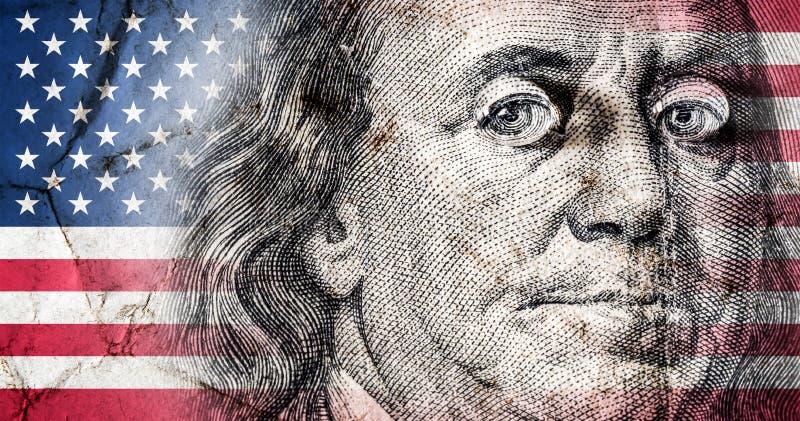 Drapeau de l'Amérique avec la vieille texture grunge et portrait de Benjamin Franklin sur cent dollars étroitement  image libre de droits