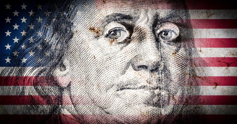 Drapeau de l'Amérique avec la vieille texture grunge et portrait de Benjamin Franklin sur cent dollars d'en gros plan images libres de droits