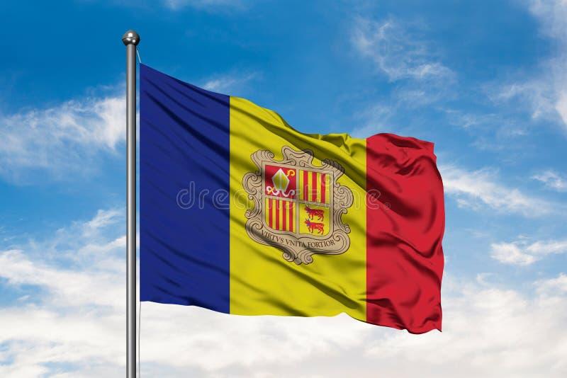 Drapeau de l'Andorre ondulant dans le vent contre le ciel bleu nuageux blanc Drapeau andorran illustration de vecteur