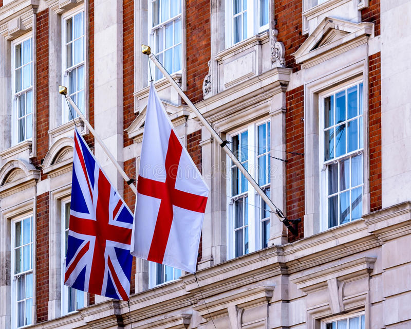 Drapeau de l'Angleterre et Union Jack sur la façade géorgienne Buildi photographie stock libre de droits