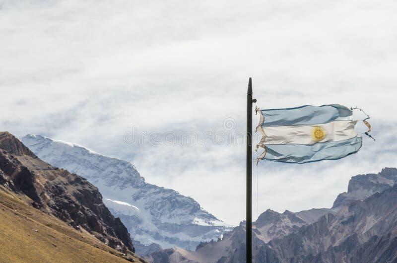 Drapeau de l'Argentine ondulant avec la montagne et les Andes de l'Aconcagua derrière images stock