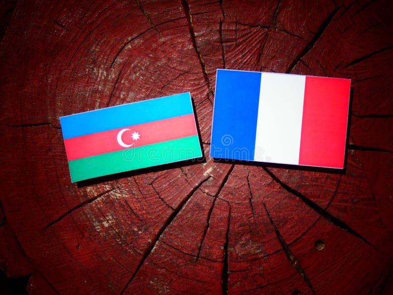 Drapeau de l'Azerbaïdjan avec le drapeau français sur un tronçon d'arbre d'isolement images libres de droits