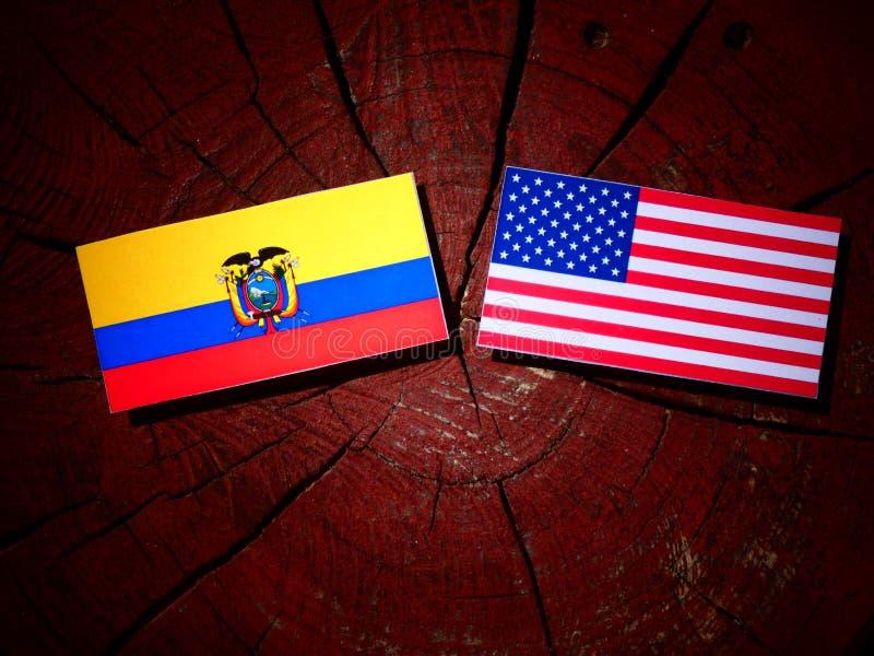 Drapeau de l'Equateur avec le drapeau des Etats-Unis sur un tronçon d'arbre image libre de droits