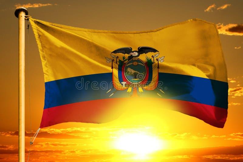 Drapeau de l'Equateur tissant sur le beau coucher du soleil orange avec le fond de nuages photographie stock libre de droits