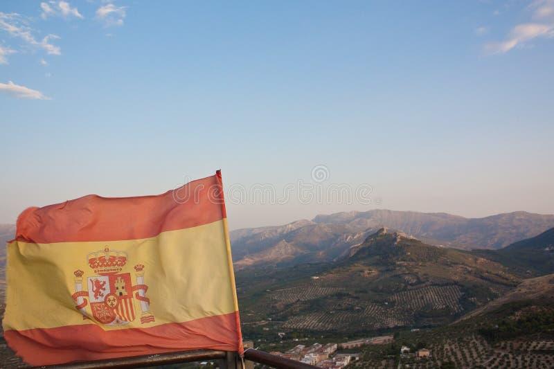 Drapeau de l'Espagne avec le paysage montagneux image libre de droits