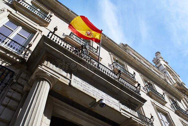 Drapeau de l'Espagne sur un bâtiment de gouvernement images stock