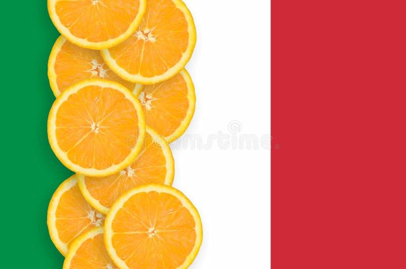 Drapeau de l'Italie et rangée verticale de tranches d'agrumes photographie stock