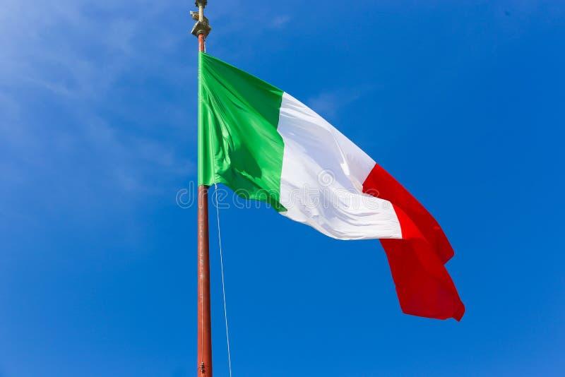 Drapeau de l'Italie sur le ciel bleu photo stock
