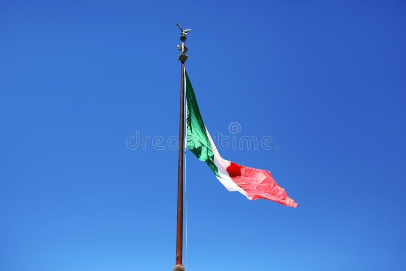 Drapeau de l'Italie sur un fond de ciel bleu symbole de l'Italie images libres de droits