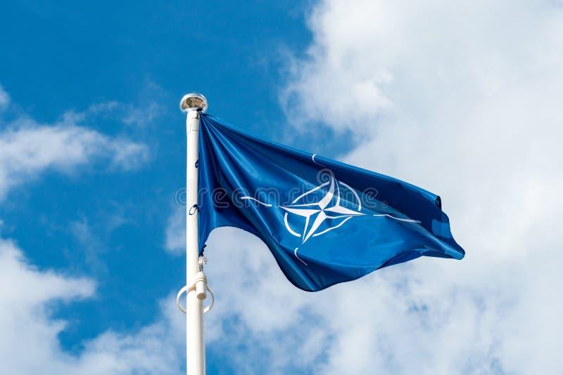 Drapeau de l'OTAN ondulant dans le vent image stock