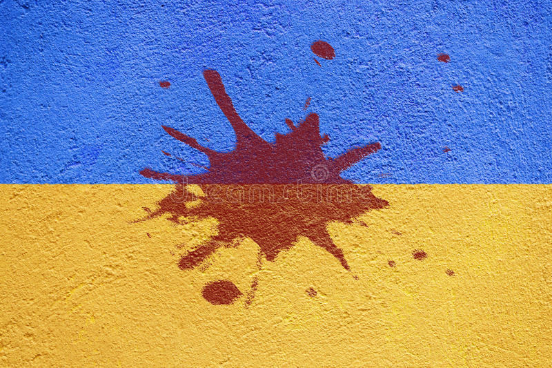Drapeau de l'Ukraine peint sur le vieux mur en béton avec la tache de sang photographie stock