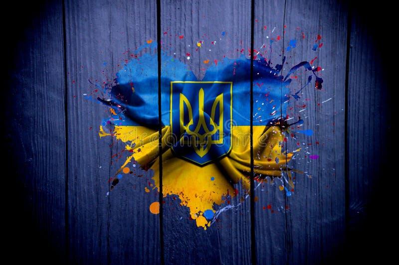 Drapeau de l'Ukraine sous forme de coeur sur un fond foncé photos libres de droits