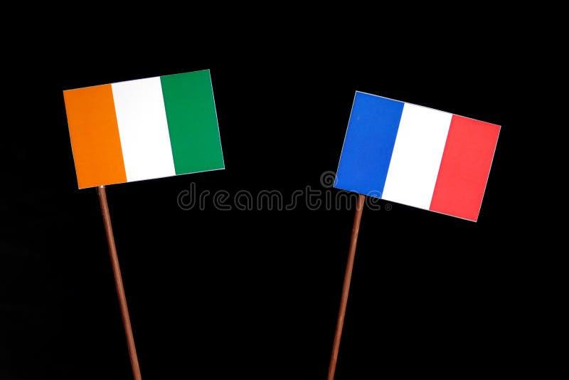 Drapeau de la Côte d'Ivoire avec le drapeau français sur le noir images stock