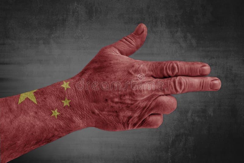 Drapeau de la Chine peint sur la main masculine comme une arme à feu photo libre de droits