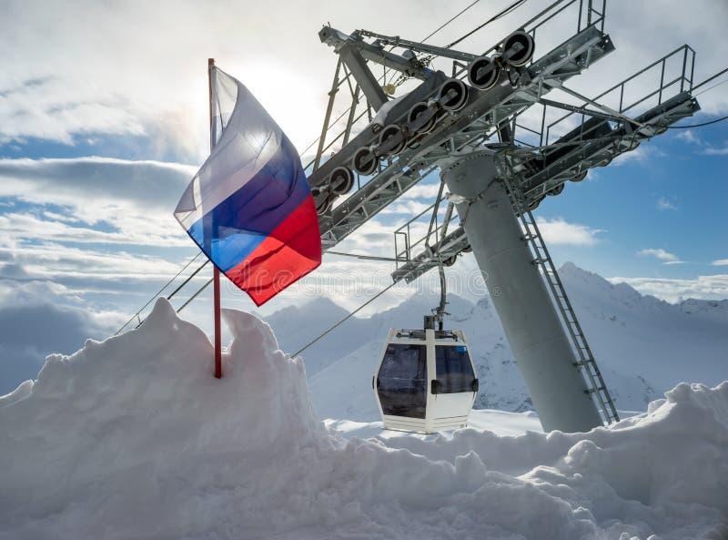 Drapeau de la Fédération de Russie en montagnes Elbrus photographie stock libre de droits