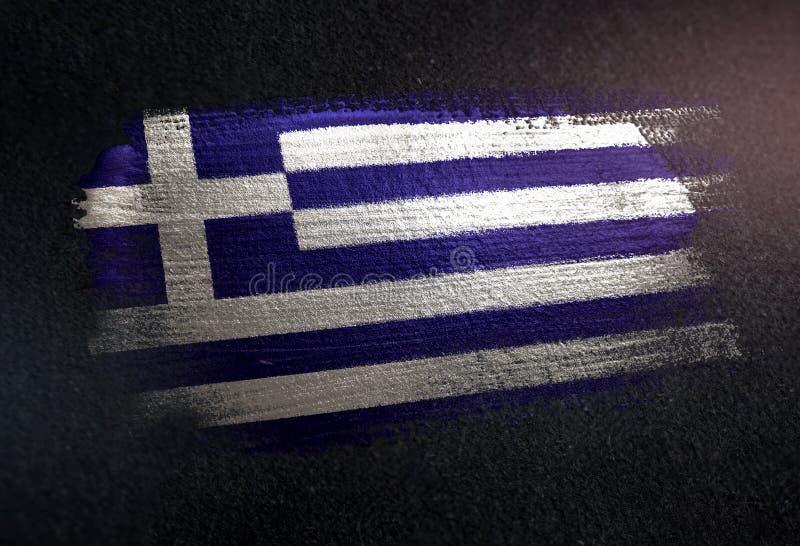 Drapeau de la Grèce fait de peinture métallique de brosse sur le mur foncé grunge photos libres de droits