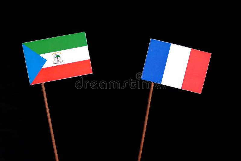 Drapeau de la Guinée équatoriale avec le drapeau français d'isolement sur le noir images stock