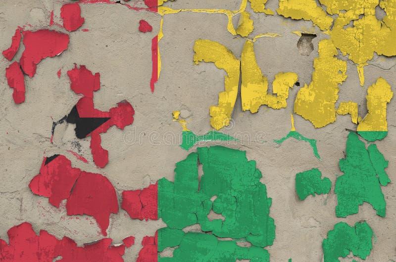 Drapeau de la Guinée-Bissau peint en couleurs sur un vieux mur en béton désuet Bannière textuelle sur fond brut photo stock
