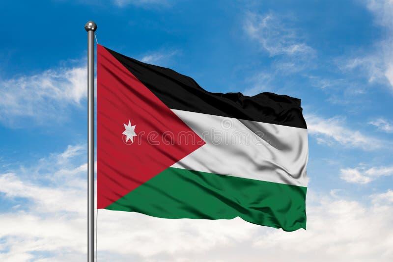 Drapeau de la Jordanie ondulant dans le vent contre le ciel bleu nuageux blanc Drapeau jordanien photographie stock