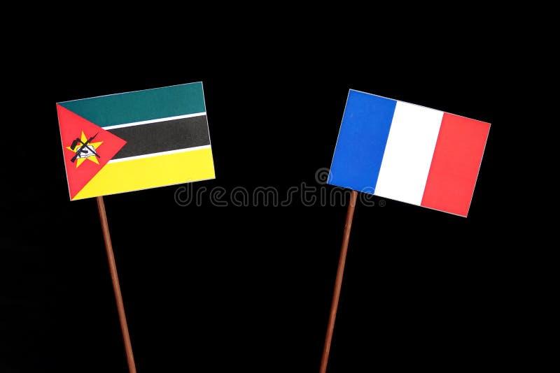 Drapeau de la Mozambique avec le drapeau français d'isolement sur le noir image stock