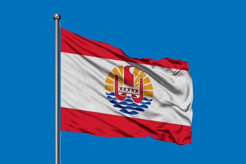 Drapeau de la Polynésie française ondulant dans le vent contre le ciel bleu profond photos libres de droits