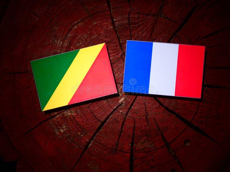 Drapeau de la République du Congo avec le drapeau français sur un isolant de tronçon d'arbre photo stock