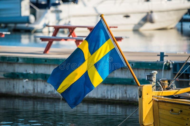 Drapeau de la Suède sur un bateau photographie stock libre de droits