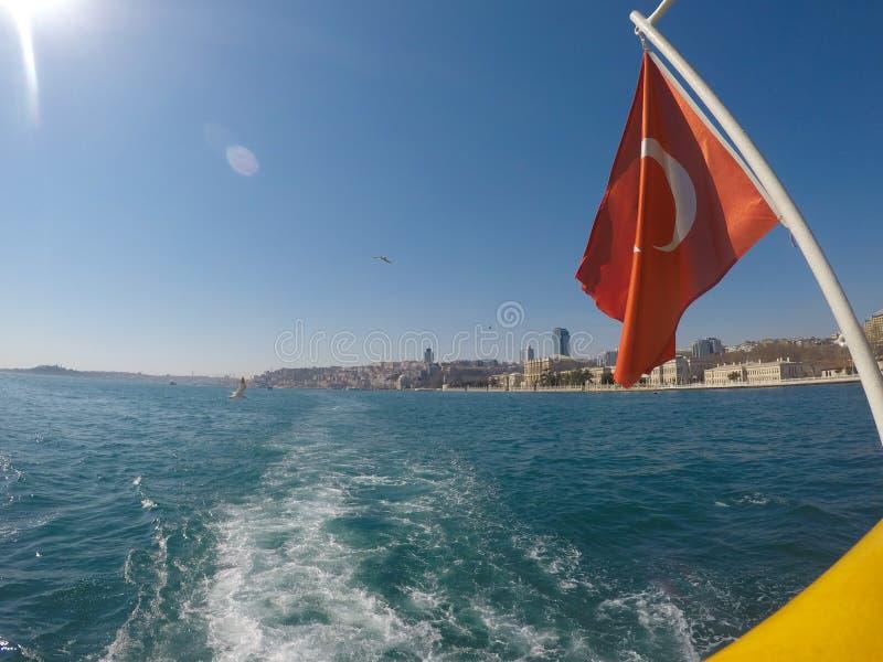 Drapeau de la Turquie dans Bosphorus au vapur turc de bateau photographie stock libre de droits