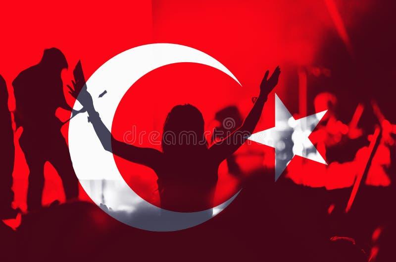 Drapeau de la Turquie, foule des personnes images stock