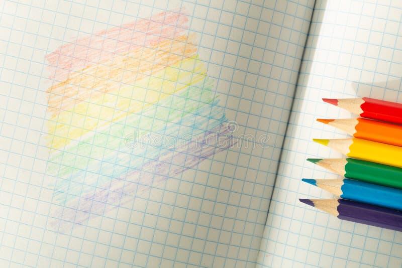 Drapeau de LGBT dessiné dans un carnet/éducation d'école sur la tolérance photographie stock