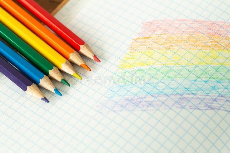 Drapeau de LGBT dessiné dans un carnet/éducation d'école sur la tolérance photo stock