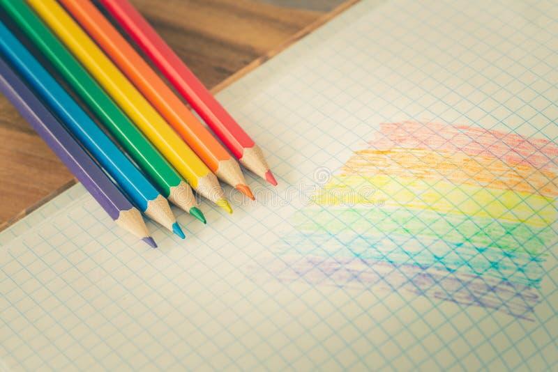 Drapeau de LGBT dessiné dans un carnet/éducation d'école sur la tolérance photo libre de droits