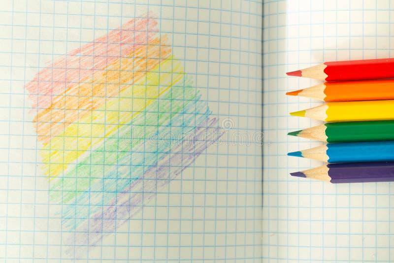 Drapeau de LGBT dessin? dans un carnet/?ducation d'?cole sur la tol?rance images stock