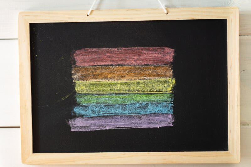 Drapeau de LGBT peint sur le conseil pédagogique/tolérance apprenant le concept photographie stock