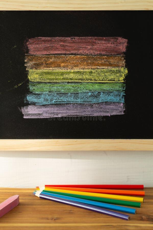 Drapeau de LGBT peint sur un conseil p?dagogique/tol?rance apprenant le concept image stock