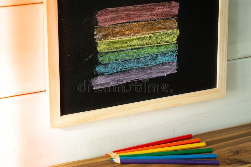 Drapeau de LGBT peint sur un conseil p?dagogique/tol?rance apprenant le concept photos stock