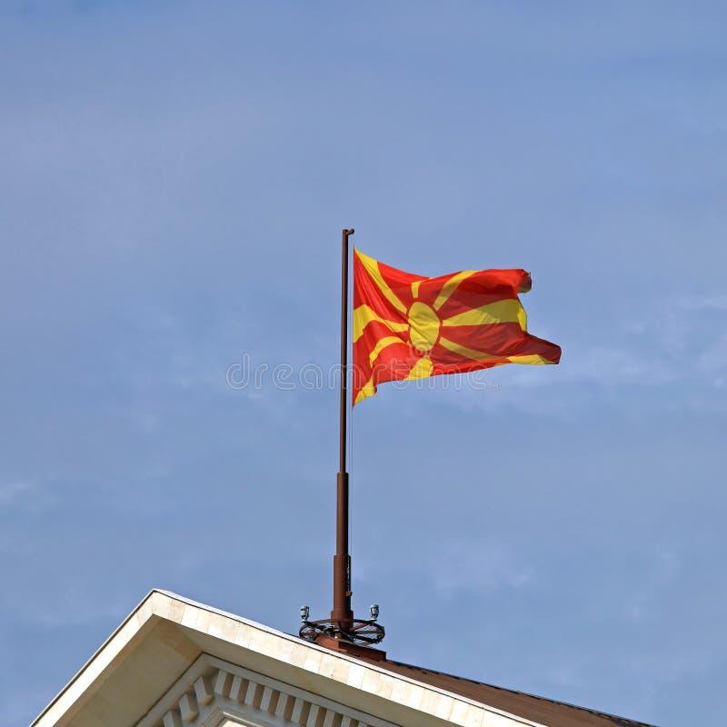 Drapeau de Macédoine au bâtiment images libres de droits