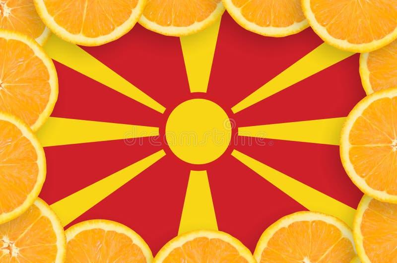Drapeau de Macédoine dans le cadre frais de tranches d'agrumes images libres de droits