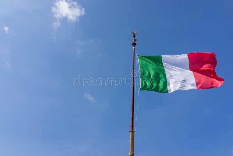 Drapeau de ondulation venteux de l'Italie avec le ciel bleu photos libres de droits