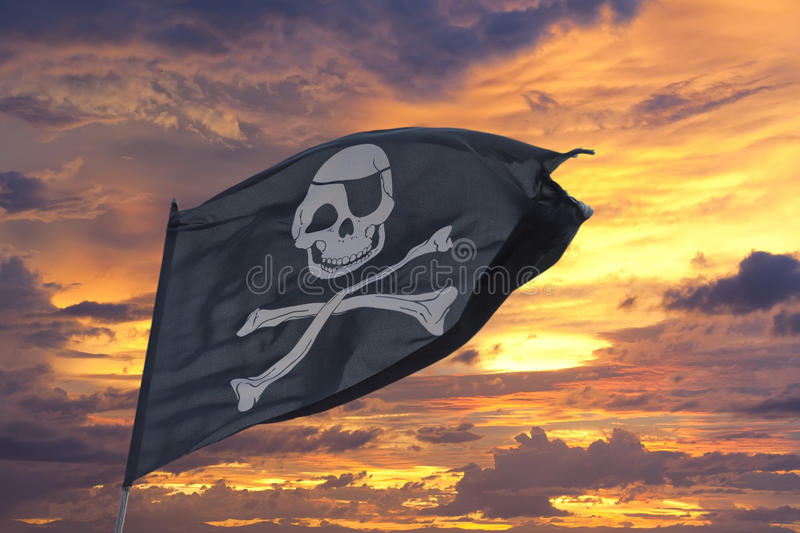 Drapeau de pirate de ondulation Roger gai photos stock