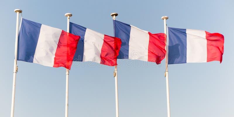 Drapeau de quatre Français ondulant au-dessus du ciel images libres de droits