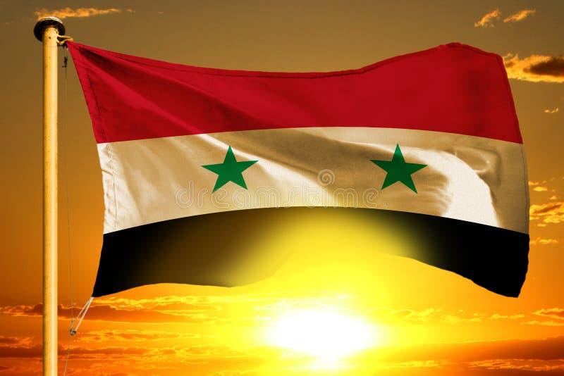 Drapeau de République arabe syrienne tissant sur le beau coucher du soleil orange avec le fond de nuages illustration stock